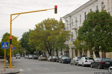 Желтые светофоры на улицах города